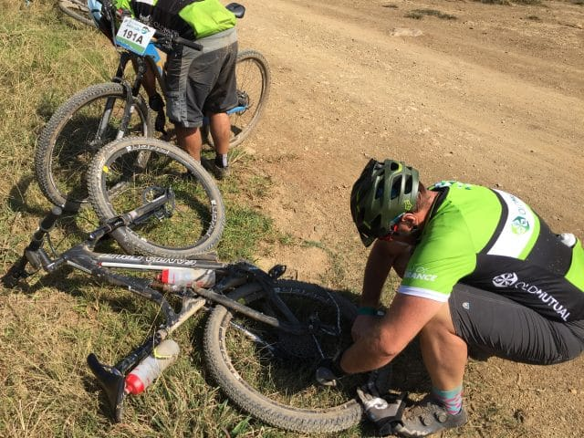 Phil sorts out his broken chain - just 6km to the finish.