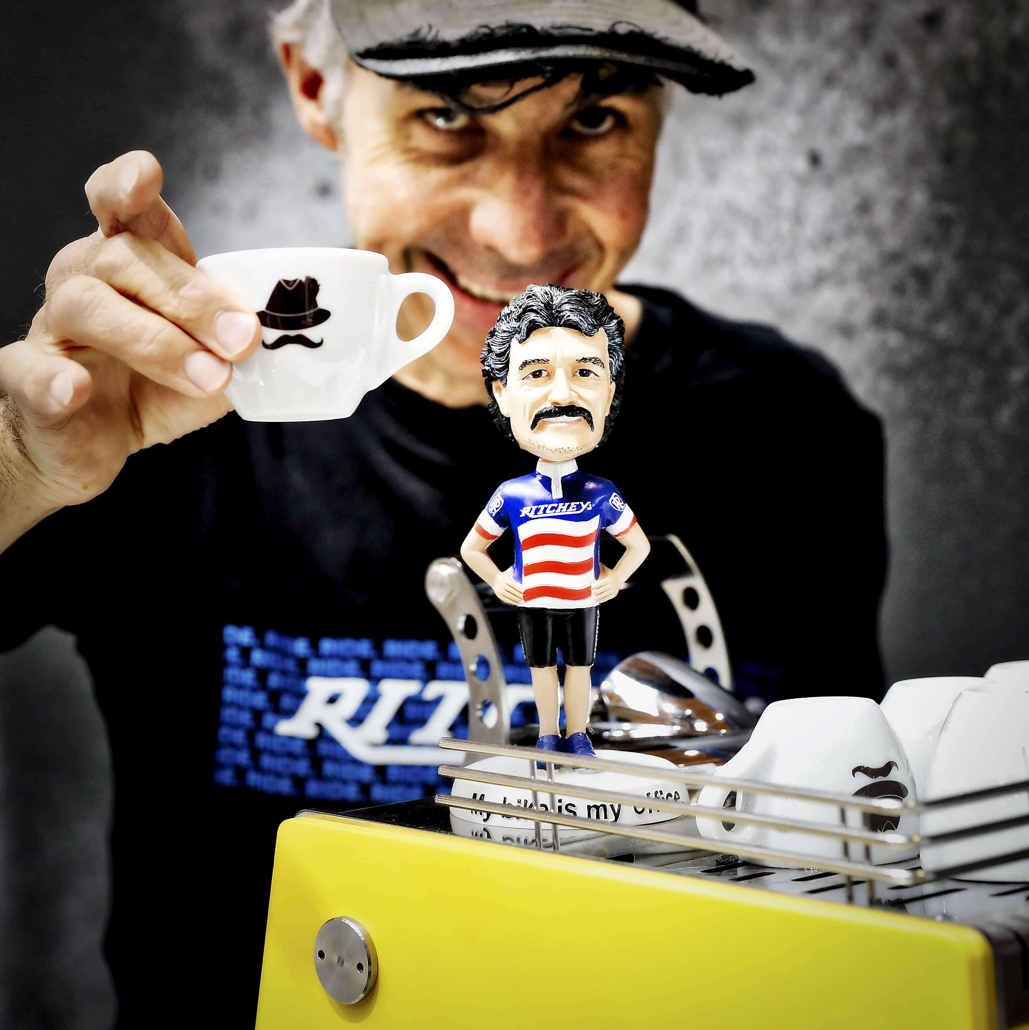 B1: Auf einen Kaffee mit Tom Ritchey (Wackelpuppe), Eigentümer der Firma Ritchey Design. Er gilt zusammen mit Joe Breeze und Gary Fisher als Erfinder des Mountainbikes. Eurobike Festival Day